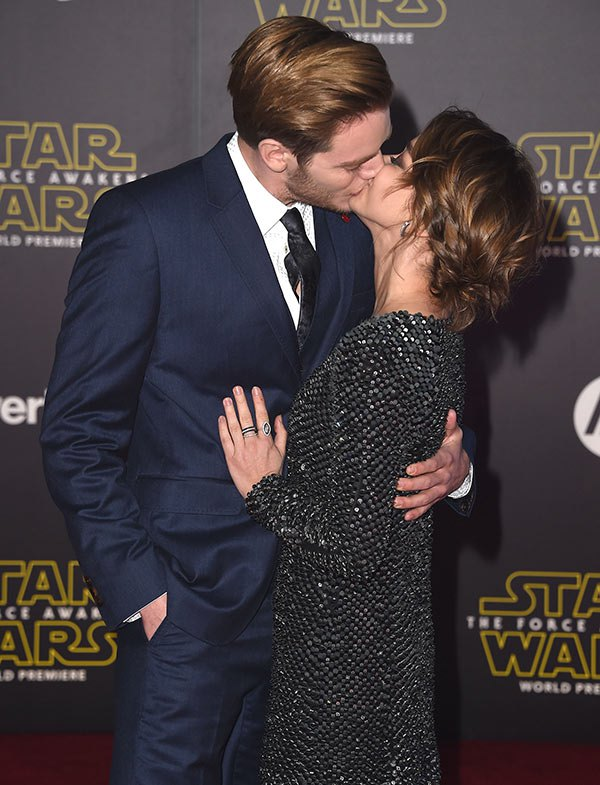 sarah-hyland-dominic-sherwood-make-out-star-wars-premiere-ftr1