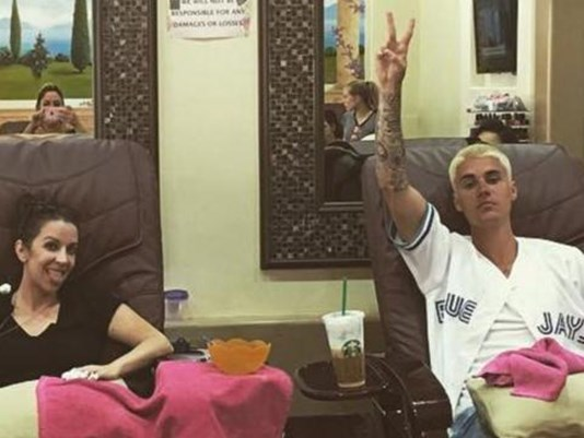 Justin Bieber With His Mother At The Massage Center For Pedicures